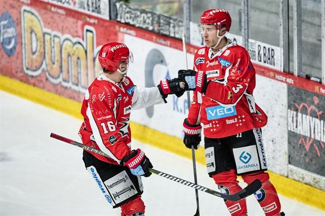 Jesse Paukku (nummer 16) spelade inte i onsdagens hemmamatch mot KalPa på grund av magsjuka. Nu har han repat sig.