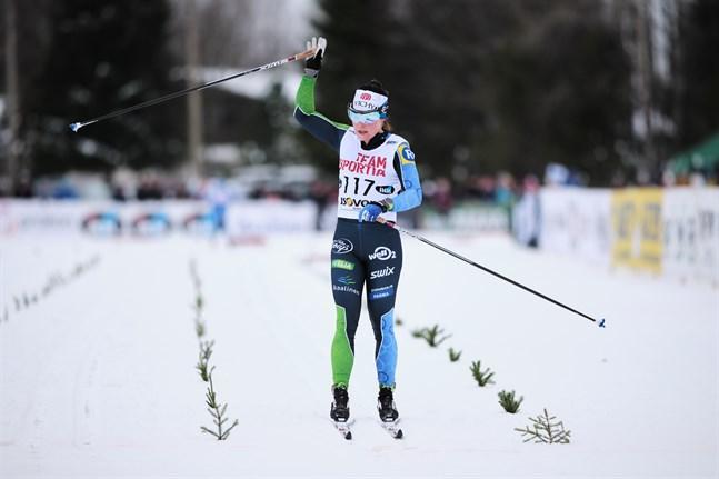 Krista Pärmäkoski behövde inte förta sig slutet, hon vann distansloppet med 45 sekunder.