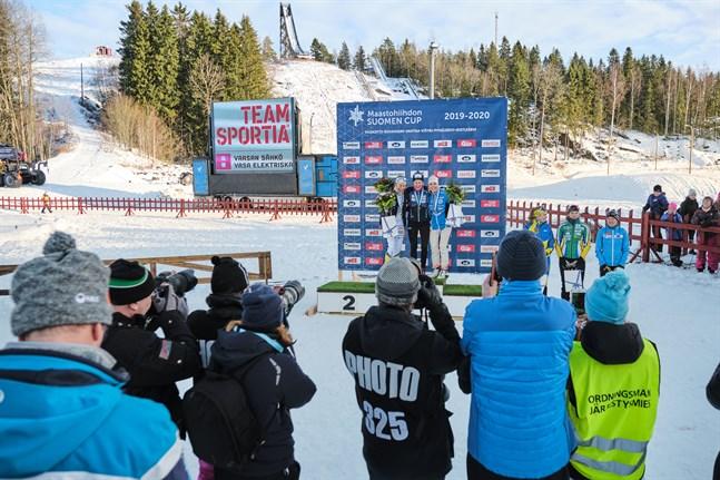 Julia Häger blev tvåa men fick utan tvekan mest jubel och applåder när hon steg upp på prispallen i Vörå.