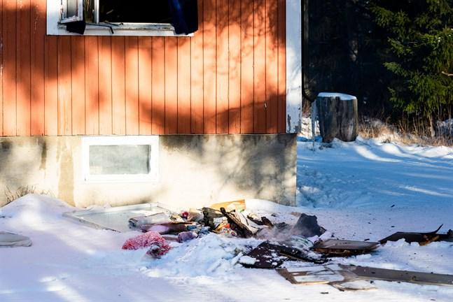 Ett antal förmål hade kastats ut genom ett fönster