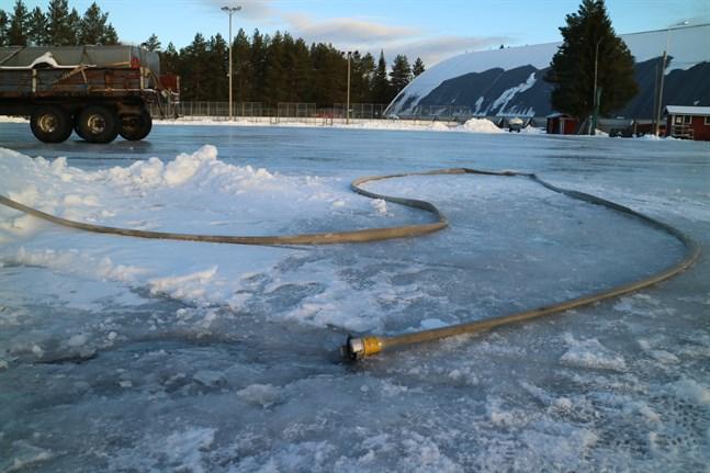 Att få till en is är ett riktigt hantverk i Sandhagen dessa dagar. Med hjälp av vattenslang jobbar man för att isen ska bli färdig inom några dagar. Nu behövs bara köldgrader.