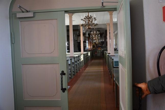 Dörren till kyrkan står symboliskt på glänt. Men det är många fler som träder ut ur kyrkan än träder in, både nationellt och lokalt.