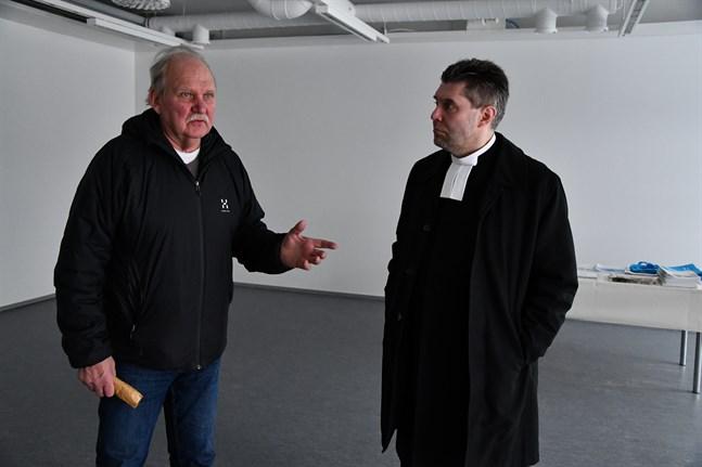 """Besökare som inte vill """"torgföra"""" sitt besök i pastorskansliet kan gå in från gårdssidan, berättar Håkan Westermark och Tom Ingvesgård."""