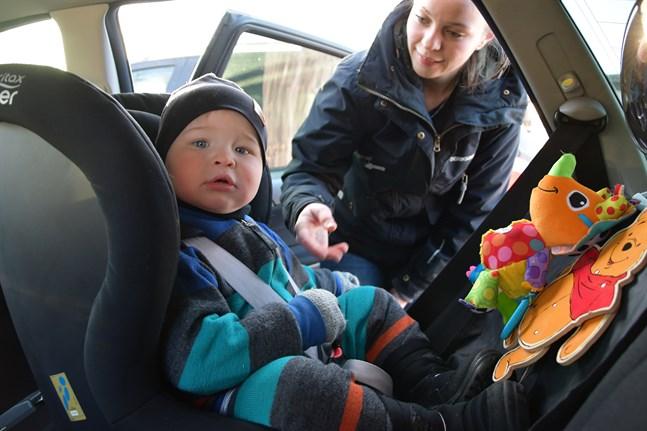 Snart tvååriga Vidar Hannus sitter rätt på alla sätt, enligt Trafikskyddets rekommendationer. I  bilbarnstol, i baksätet, med ryggen mot färdriktningen och utan vinteroverall. Mamma Michelle Nordström kollar att bältet är lagom spänt.