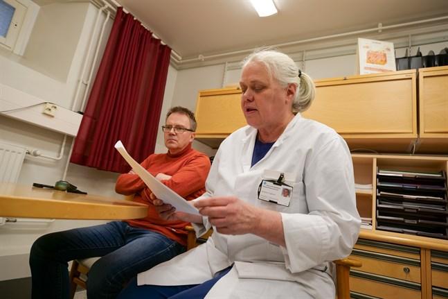 Clas-Göran Smeds, specialist i allmän medicin på Korsholms hälsovårdscentral och Johanna Hagman, överläkare på hudpolikliniken vid Vasa centralsjukhus, har praktiserat den nya metoden för att undersöka hudförändringar i två år.