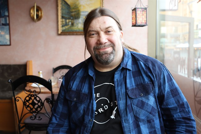 Tredje gången gillt för författaren Ralf Andtbacka i Vasa. Efter två tidigare nomineringar får han nu Runebergspriset.