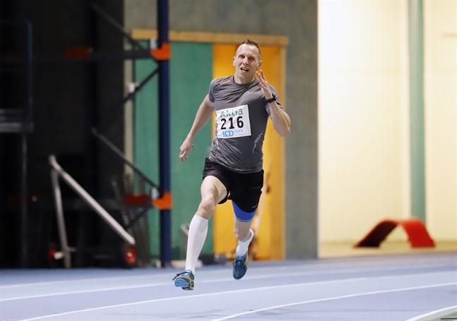 54-årige MIkael Söderman har inte löpt 200 meter på 25 år, men passade på att ställa upp när båda sönerna skulle tävla på den distansen.