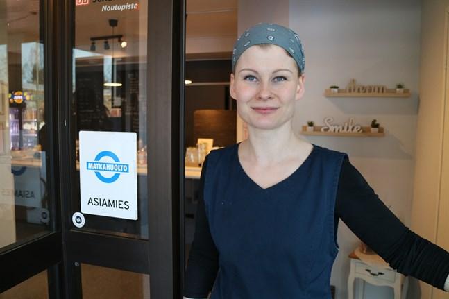 I drygt ett år har Jasmin Aalto haft hand om posttjänsterna vid sidan av caféverksamheten.