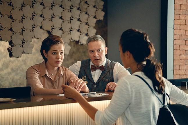 När Ella Kallio (Oona Airola), till vänster, får veta att direktören (Turkka Mastomäki) för hotellet där hon jobbar är försvunnen bestämmer hon sig för att söka det jobbet.