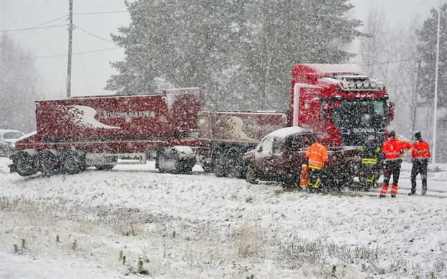Snön vräkte ner när krocken på Närpesvägen inträffade vid 13.30-tiden på onsdagen.