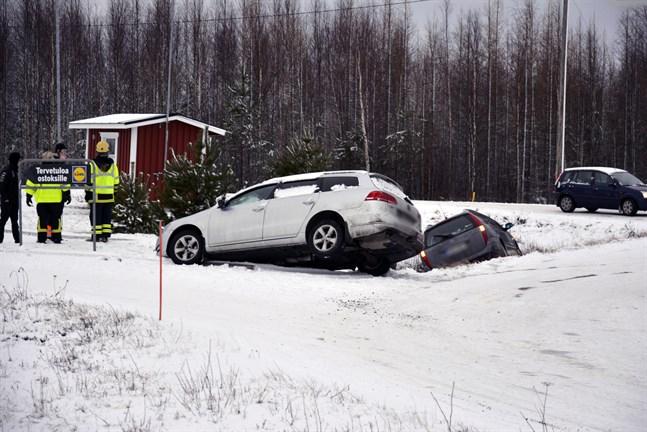 Två personbilar körde av vägen vid infarten till Lidl på Tegelbruksvägen i Närpes på onsdag eftermiddag.