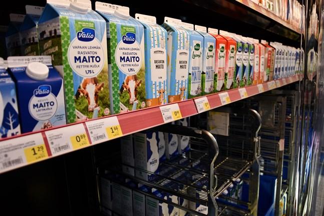 Mjölk i långa rader. I den lokala S-marketen i Närpes finns över 30 mjölksorter att välja mellan, men det är långt ifrån alla.