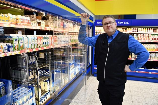S-Market i Närpes är en av de butiker som eepee-koncernen ska förnya invändigt före årsskiftet. Det blåa och gula byts ut till grått och varudiskar som förses med dörrar. Markus Bergman är marketchef i Närpes.
