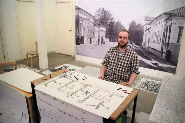 Vad är det med Jakobstad som gör dig glad eller ledsen? Om du berättar det för Johan Sandås blir det en del av ett offentligt konstverk som han kommer att göra, men du får vara anonym.