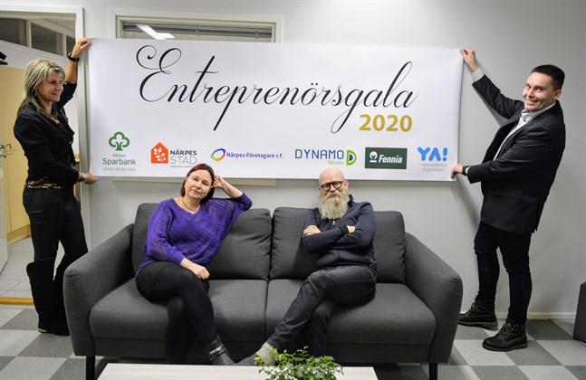 Gänget på Dynamo Närpes förbereder helgens entreprenörsgala. Banderollen är klar. Här ekonomichefen Lisa Bäckman-Perälä, turismkoordinatorn Maria-Filippa Sundlin, projektchefen Mats Sabel och vd:n Stefan Malm.
