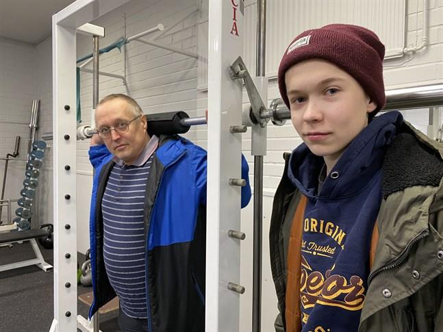 Här på gymmet i idrottshallen i Kaskö blir det en hel del timmar för Michael och Ville Jokiranta.