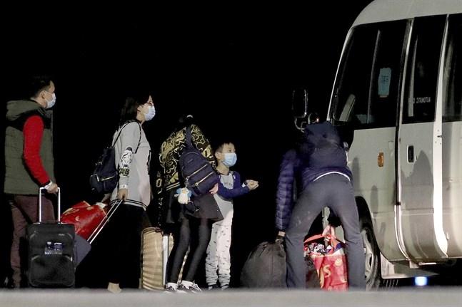 Australier som flugits ut ur det virusdrabbade Wuhan på flygplatsen på Julön, där de ska sitta i karantän i två veckor.