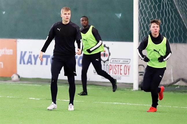 En envis hälskada har hållit Benjamin Hiekkanen, till vänster, borta från fotbollen. Men nu ser han fram emot att ge karriären ny fart genom spel i division 1.