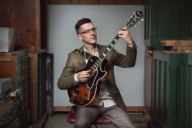 """Mathias Sandberg, jazzgitarristen som är uppvuxen i Jakobstad och bosatt i Vasa, är aktuell med albumet """"The Doctor""""."""