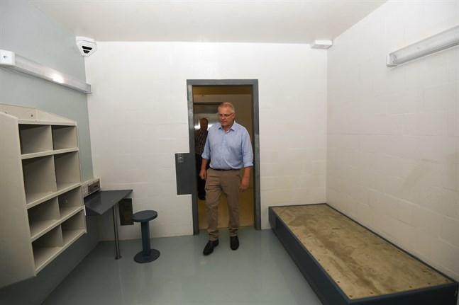 Australiens premiärminister Scott Morrison inspekterar ett av rummen på flyktingförläggningen på Julön. Bilden är från förra året.