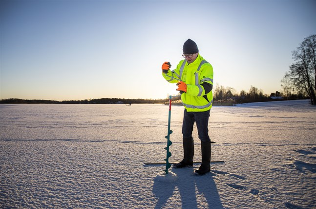 Vincent Westberg mäter isen på Karperöfjärden.