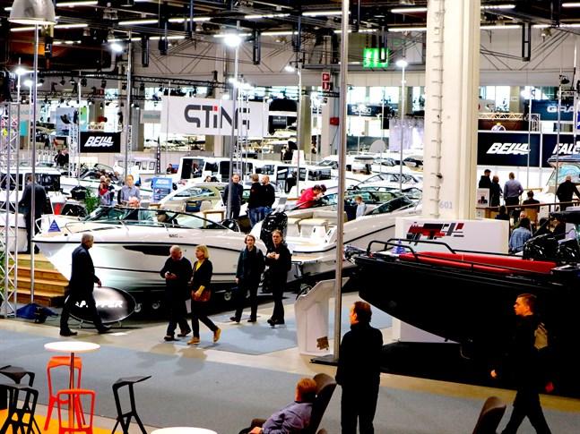 Båtmässan i Helsingfors i februari ställs in. I fjol såg det ut så här när tillverkare och båtfolk sammanstrålade.