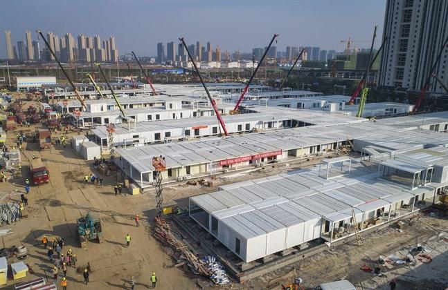 Det nya sjukhuset Leishenshan, här under konstruktion, har öppnat i Wuhan. Bild från tidigare i veckan.