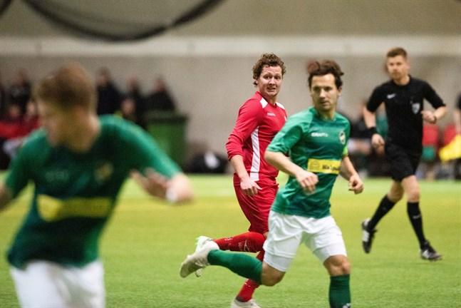 Jaros Markus Kronholm och KPV:s Sebastian Mannström har redan mötts i cupen i år, men nu har fotbollssäsongen satts på sparlåga.