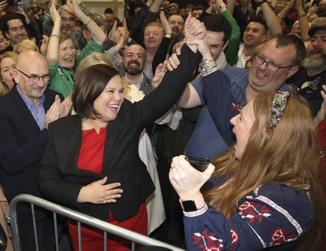 Sinn Féins ledare Mary Lou McDonald firar efter partiets framgångar i Irlands parlamentsval på lördagen.