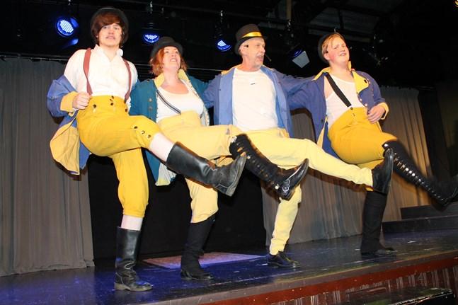 Regementi är ett glatt och dansant gäng, det tycker åtminstone Lukas Löfdahl, Camilla Nyman-Lönnqvist, Ulf Johansson och Simon Englund.