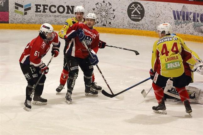 Den framfusiga B-junioren Kasper Holm (61) skapade mycket oro i HCIK-försvaret.