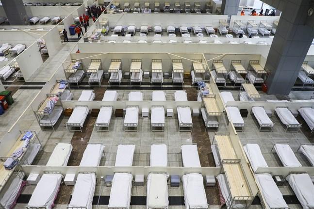 En mässhall har gjorts i ordning till ett temporärt sjukhus för att ta hand om coronasmittade personer i Wuhan i den kinesiska provinsen Hubei.