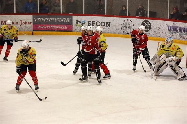 Linus Willman (10) i Muik är framme och skymmer HCIK-målvakten Kalle Hokkanen i mötet den 9 februari. Markus Wik (24) skyndar också till.