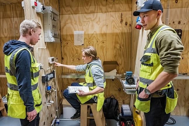 Matias Mehtälä, Hannes Moisio och Aleksi Heikkilä studerar el och automation. De är glada över att få ha egna installationsbås att jobba i. Hannes går kombi och har således även studentexamen som mål. Kpedus nya lokaler för el- och automation i Karleby. 10.2.2020.