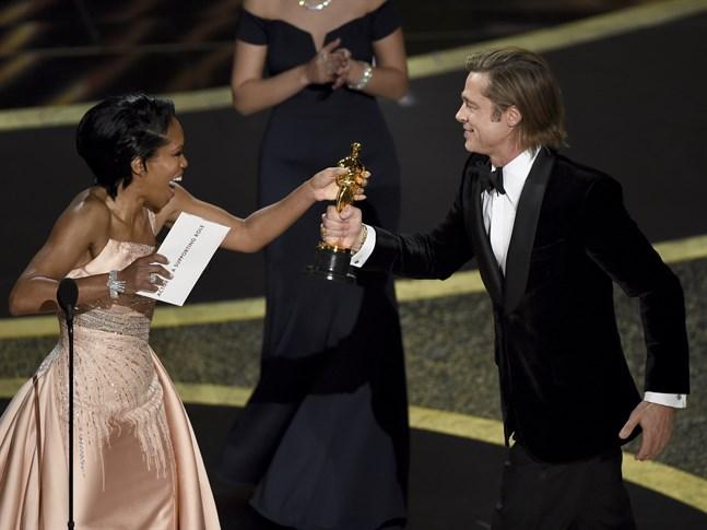 Regina King överlämnar priset till Brad Pitt för bästa manliga biroll.