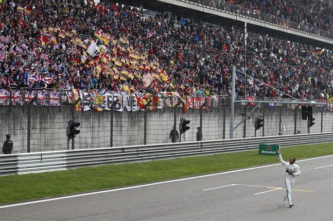 Formel 1-loppet i Shanghai den 19 april riskerar att bli inställt på grund av coronavirusets spridningsrisk. Bilden är från i fjol då britten Lewis Hamilton firade segern i loppet.