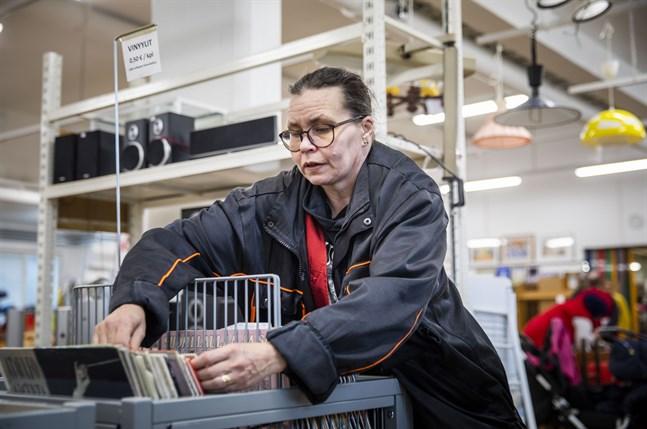 Marina Lindholm-Tanhukivi ser till att det är ordning i skivmontern.