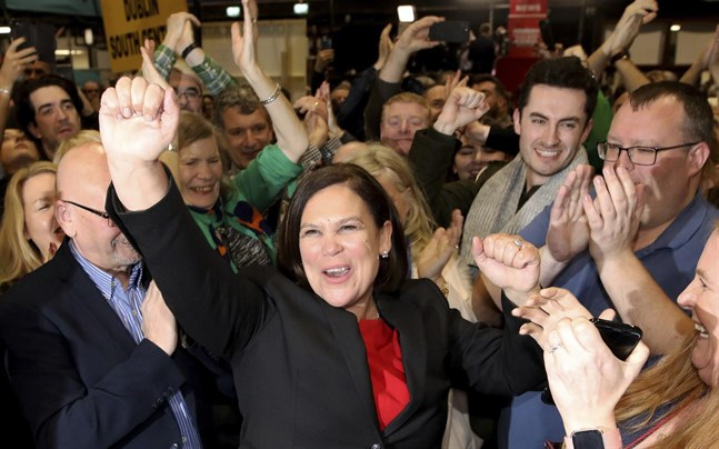 Sinn Féins partiledare Mary Lou McDonald firar valsegern i Irland.
