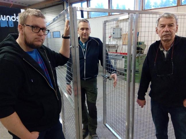 Granlunds platschef Kaj Hjortman, i mitten, är nöjd med beslutet att ta över tillverkningen av hundhagar av Junimeg som representeras av Tobias Enroth och Göran Enroth.