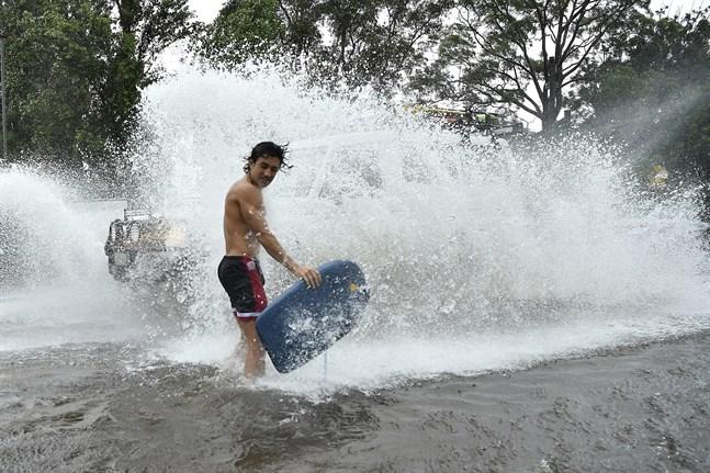 I flera dagar har skyfall orsakat översvämningar i delstaterna New South Wales och Queensland.