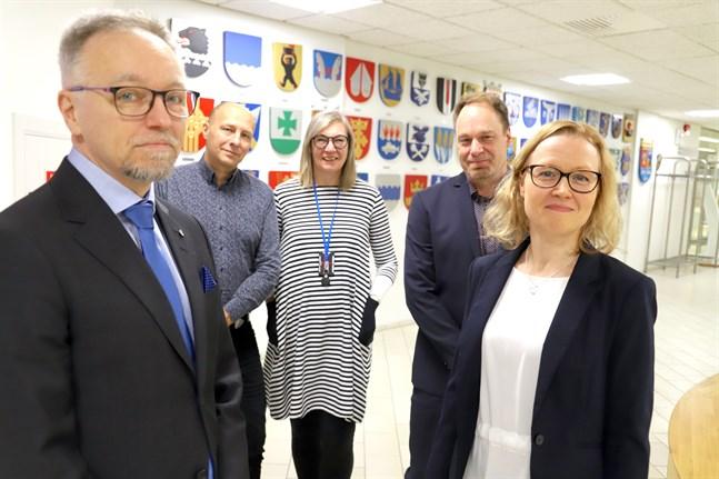 Timo Saari, ny överdirektör vid NMT-centralen i Österbotten, Hippi Hovi, vd Kust-Österbottens företagare, Päivi Kinnunen, Finnveras regionchef, Henrik Broman, företagsanalytiker vid NMT-centralen och Hanna Auronen, chef för arbetslivs- och kompetensenheten vid NMT-centralen, är nöjda över att utsikterna är bättre i Österbotten.
