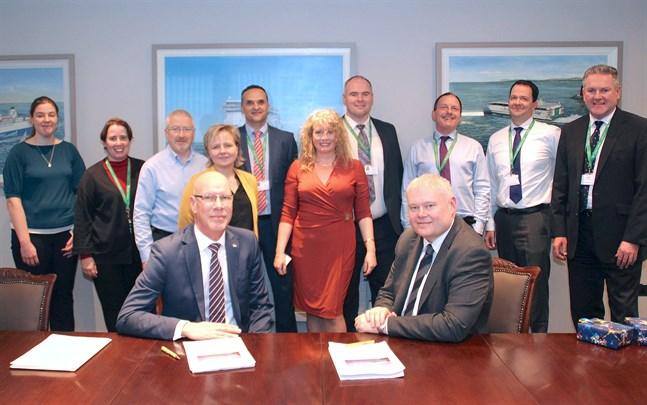 Niclas Blomström och Andrew Sheen undertecknade avtalet som ger Irish Ferries ett nytt bokningssystem utvecklat i Vasa.