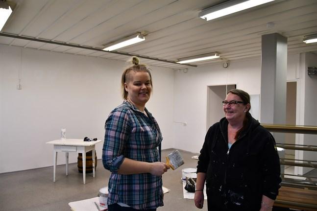 Heidi Salmela och Anna-Lena Kallio öppnar café i gränden vid fotoaffären i mars.