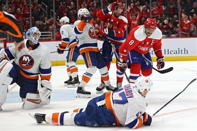 Aleksander Ovetjkin (8) hade chansen att göra sitt 700:e NHL-mål i natt. Men han stoppades av Leo Komarov  och hans Islanders.