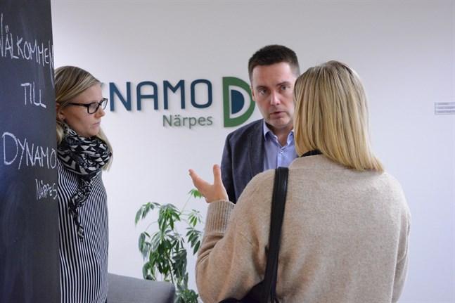 Sandra Sundlin och Diana Lund hade ärende till Dynamos vd Stefan Malm på öppet hus-dagen.