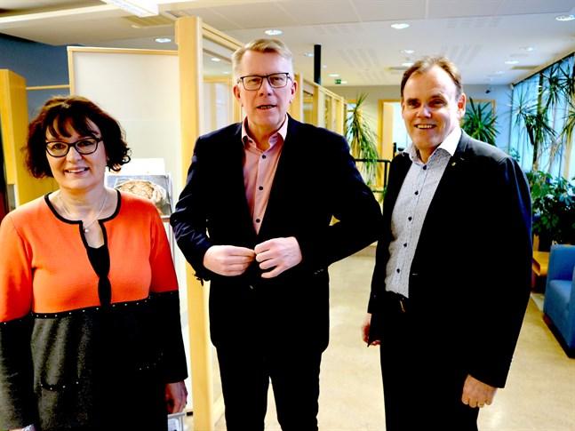 Bra år för Pedersörenejdens Andelsbank konstaterar bankdirektör Agneta Ström-Hakala, vd Thomas Hulten och bankdirektör Stefan Granberg.