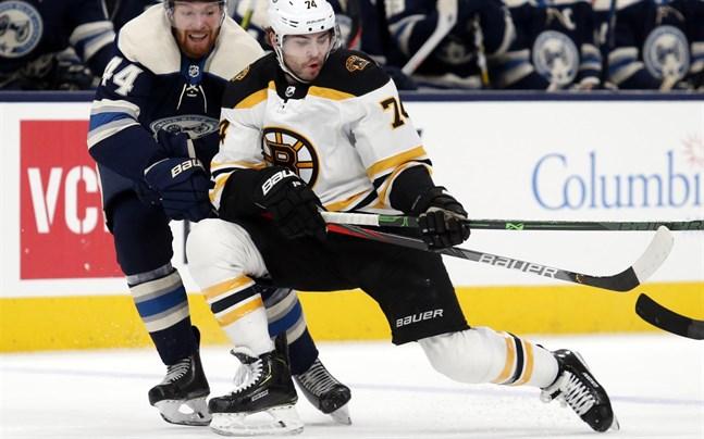 Bostons Jake DeBrusk, till höger, håller hårdare i sina hockeyklubbor för tillfället.