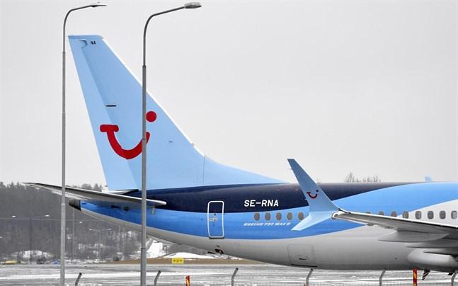 Ett TUI flygplan av modellen Boeing 737 Max 8 parkerat på Arlanda flygplats.