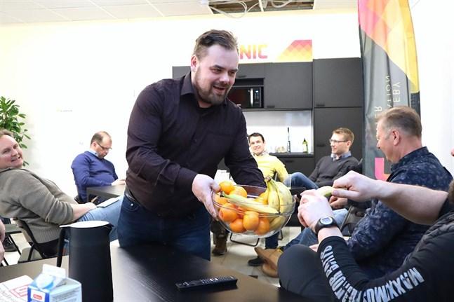 Att ordna frukostträffar för farmare och andra inom branschen är en del av koordinator Daniel Åkermarks arbetsuppgifter inom projektet Ostrocluster. I början av februari hölls en frukostträff på NIC-Center i Nykarleby.