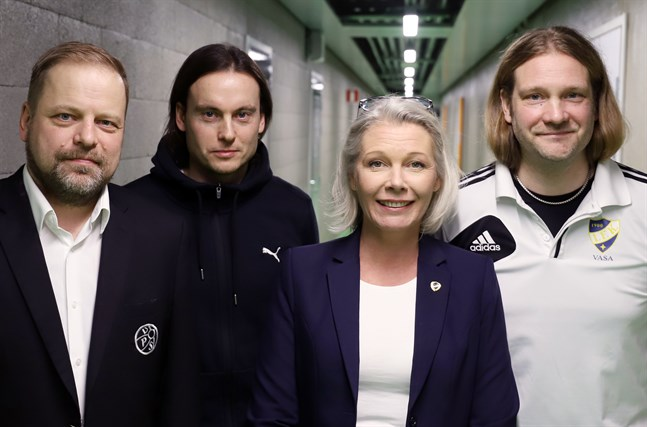 Grannar på varsin sida aulan i Sandviken. VPS ordförande Riku Asukas, VPS-tränaren Christian Sund, Vasa IFK:s ordförande Ann-Christine Grönholm och VIFK-tränaren Max Peltonen är ense om att samarbetet dem emellan kommer att fostra ännu bättre fotbollsspelare.